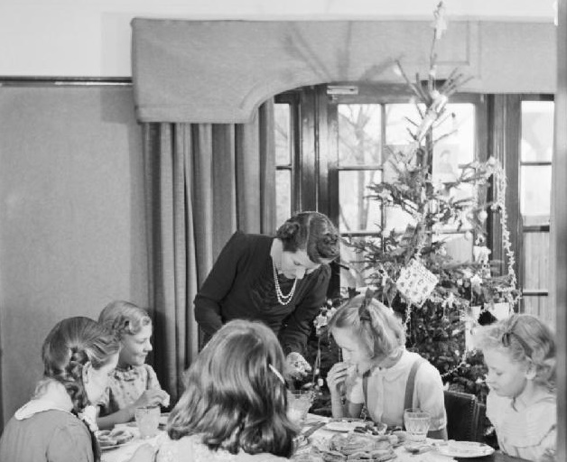 Christmas_1944_in_the_Devereux_house_in_Pinner._The_Christmas_tree_was_a_gift_from_Mr_Devereux,_who_was_serving_in_Italy._The_tree_was_purchased_through_the_'Gifts_to_Home_League'_of_the_YMCA._D23010 (2)